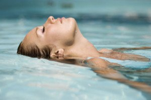Nuotare con le lenti a contatto è possibile?